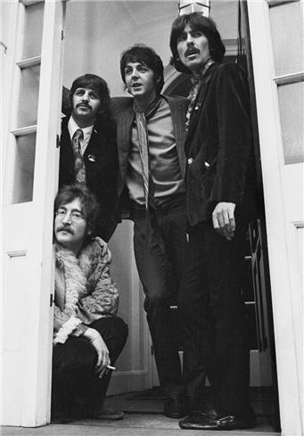 """I Beatles a Belgravia, a casa del loro manager Brian Epstein, quando venne lanciato """"Sgt. Pepper""""."""
