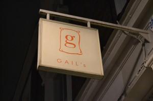 """L'insegna di Gail's Bakery a Londra, dove venne dato l'ok finale alla App di """"So""""."""