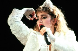 Madonna sul palco nel 1985. © 1985 Armando Gallo.